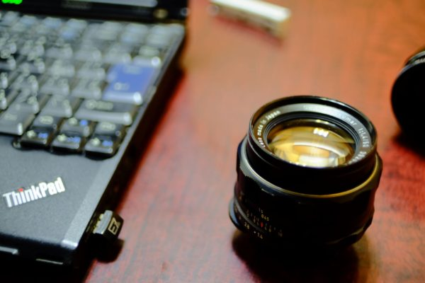 レンズとパソコン